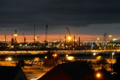 Hafenansicht-Abend-Lichtermeer-Containerhafen