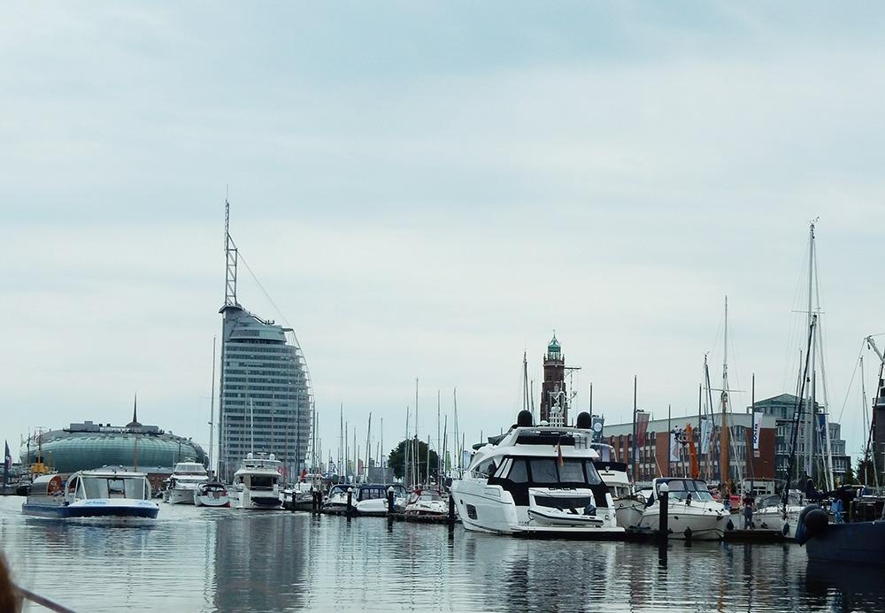 Hafen Blick auf Havenwelten Auswandererhaus Hafenrundfahrt Bremerhaven